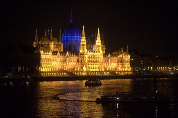 Ma van az autizmus világnapja - Este kék színű lesz a Parlament