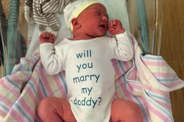 Újszülött babájuk segítségével kérte meg a kismama kezét az apuka
