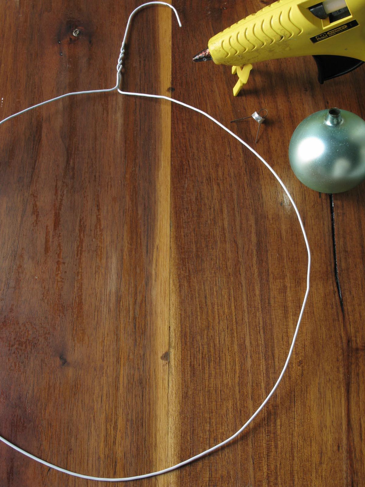 Adventi koszorú házilag: mire jó egy régi vállfa és egy néhány gömbdísz? Mutatjuk!