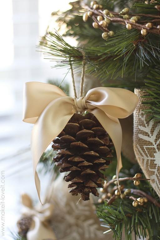 Karácsonyfadísz készítése gyerekkel - Tobozok selyemszalaggal