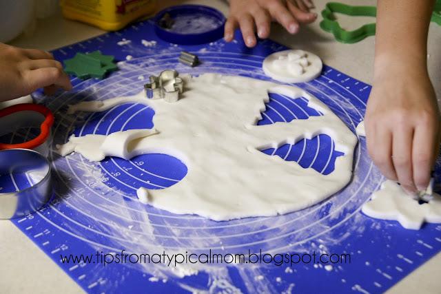 Karácsonyfadísz házilag gyerekekkel: egyedi, festett díszek kukoricakeményítőből