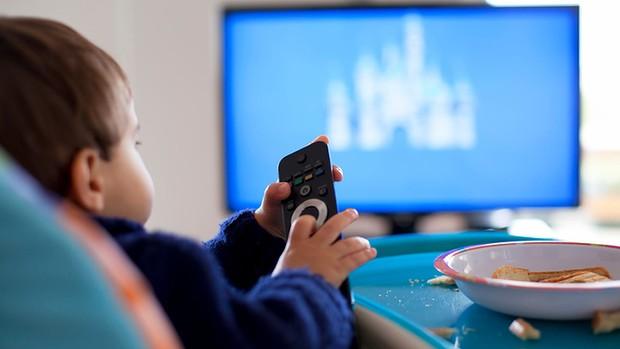 A gyerekek és a tévénézés - Milyen műsorokat nézhet a kisgyerek? Mit ne engedjen a szülő? Jó-e, ha nincs a családban tévé? Pszichológus válaszol