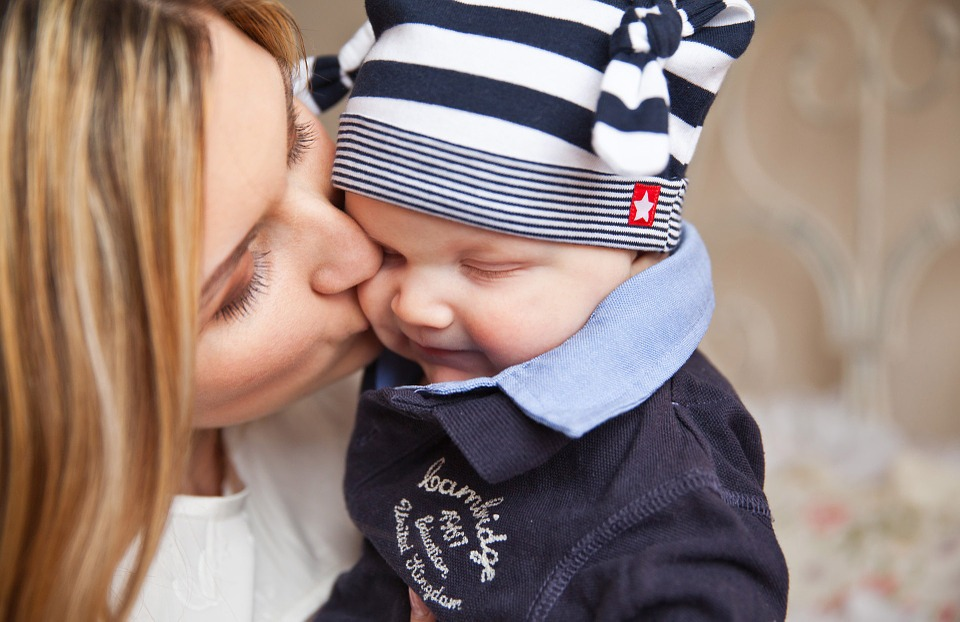 Hogyan képes egy anya elhagyni a gyermekét? Milyen ok vezethet egy ilyen súlyos döntéshez? Pszichológus véleménye