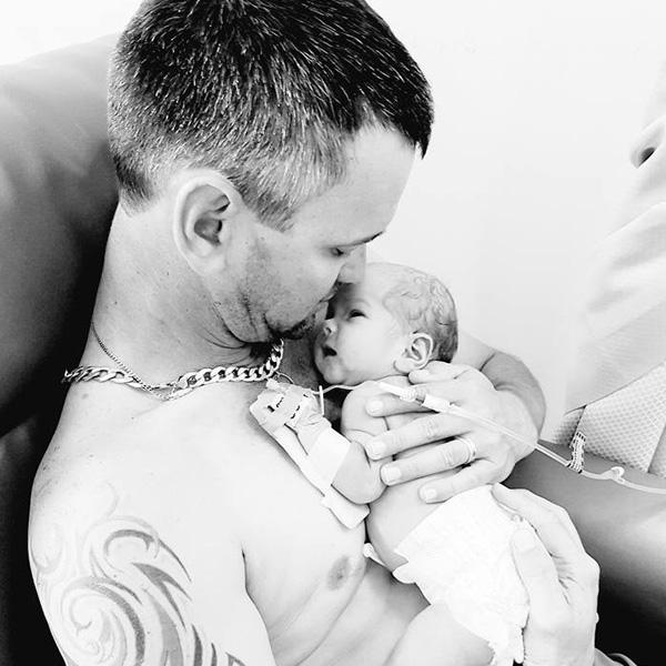 Császármetszés közben hunyt el az anyuka, miközben világra segítették kislányát - Szívszorító fotón az apuka és újszülött gyermeke