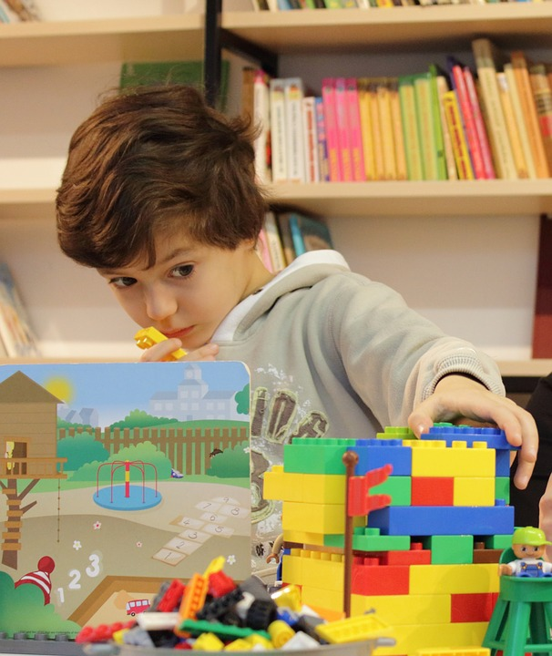 Miért fontos az építőkockázás gyerekkorban? Milyen képességeket fejleszt? Játékötletek építőkockához