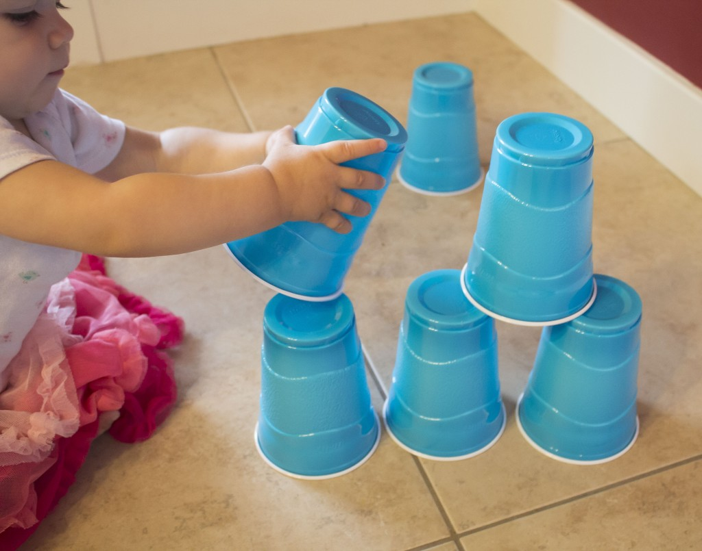 Fotók: 6 filléres játék hétköznapi tárgyakból, ami hosszú ideig leköti a babákat!