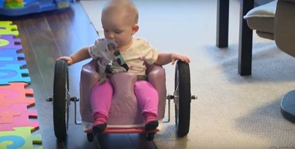 Saját kezűleg barkácsoltak kerekesszéket a szülők 6 hónapos rákbeteg kislányuknak, mert a kórházban nem kapott