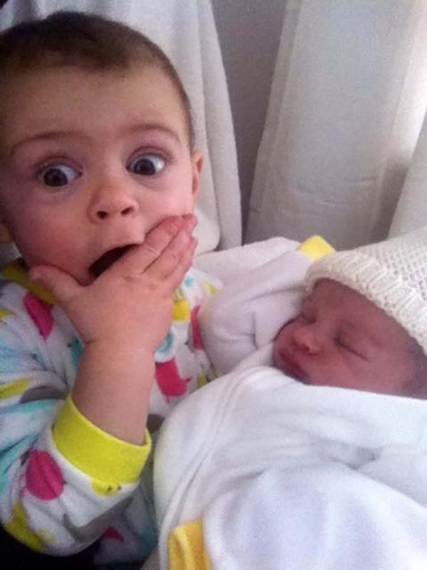Rájuk van írva, mit gondolnak! Ilyen arcot vágnak a kisgyerekek, amikor először pillantják meg újszülött testvérüket