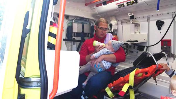 Megható fotó a tömegbaleset után: a mentőápoló etette meg a 6 hónapos kisbabát Monorierdőn