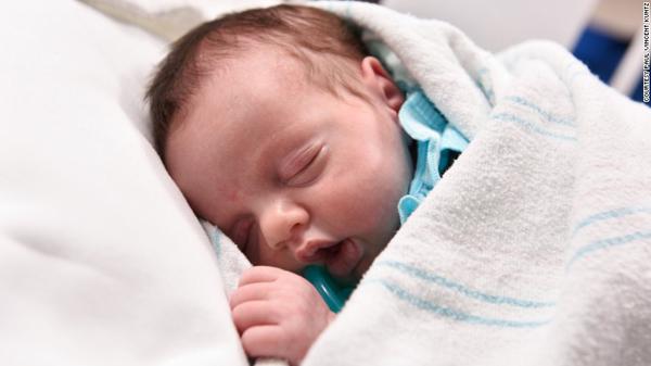 Csodálatos történet a szülőszobáról: a kisbaba, aki kétszer született meg - Fotók!