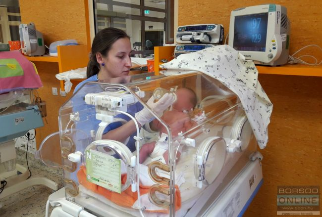 Mit lehet tudni a kisbabáról, akit szenteste hagytak szülei a miskolci kórház előtt?