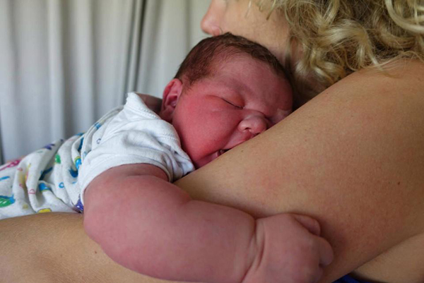 Fotó: 6 kilós óriásbaba született! A kisfiút az édesapa segítette világra, mivel a mentők nem értek oda időben