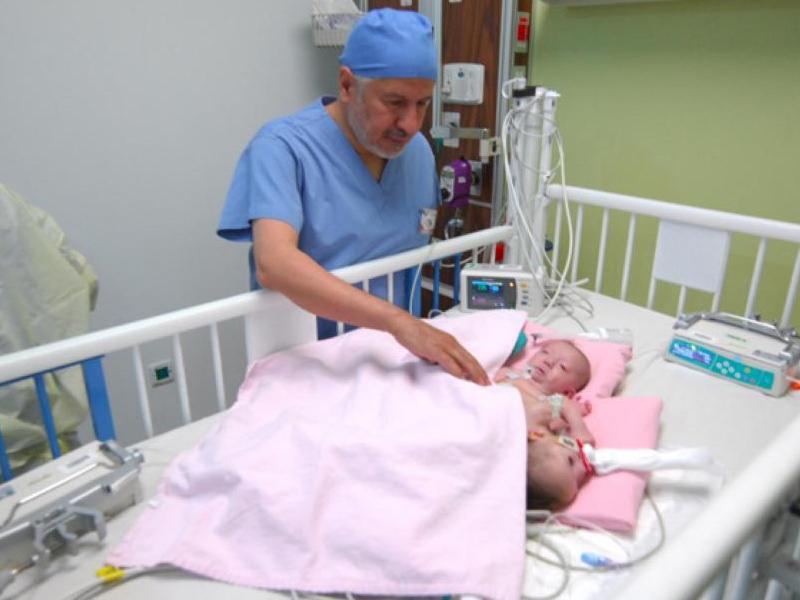 Túlélte a szétválasztó műtétet a sziámi ikerpár! A kislányok a hasuknál és a medencéjüknél voltak összenőve