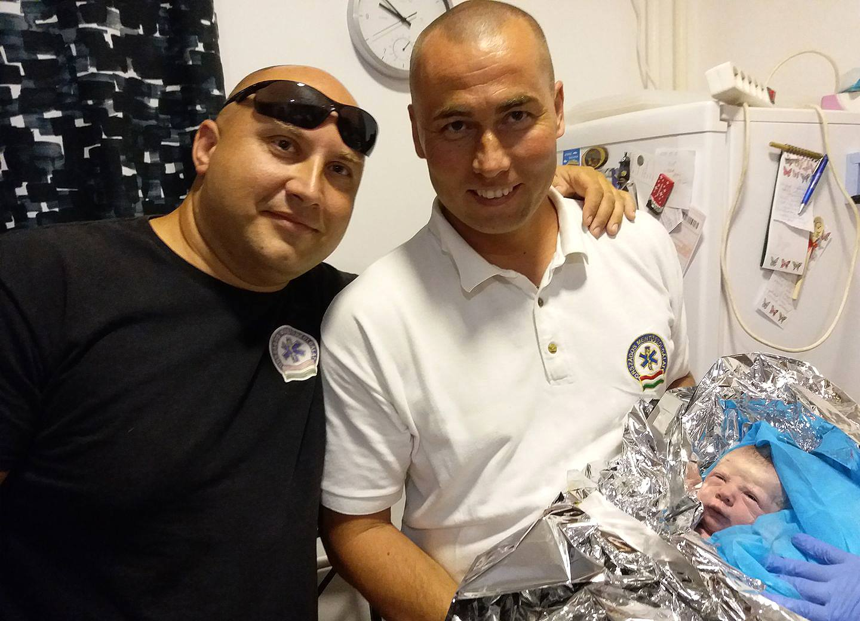 Mentőt hívtak a kismamához, de beindult a szülés! Végül a mentősök segítették világra a pici Emmát - Fotó is készült róla