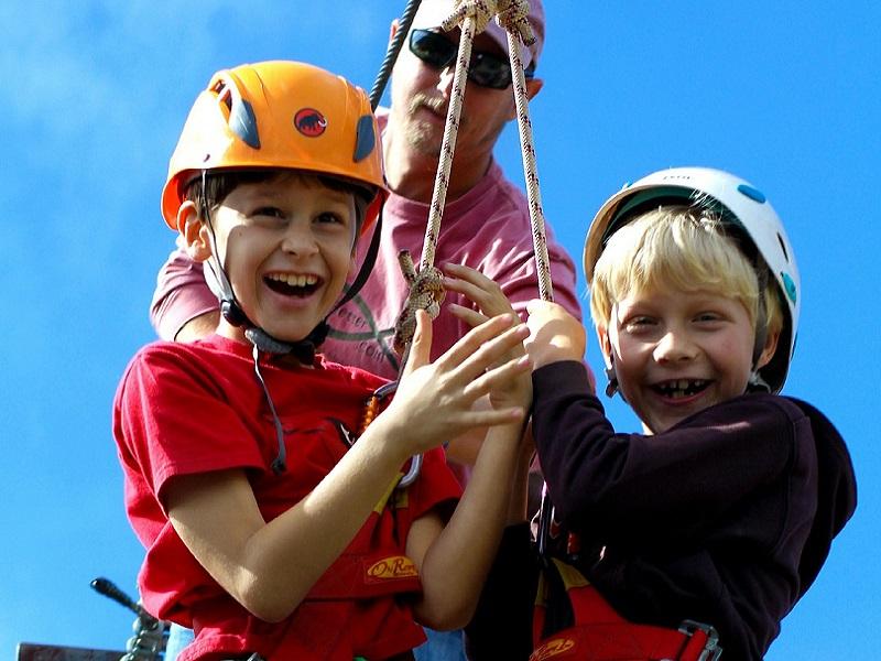 Kevesebb szabálytalanság a kalandparkokban - Mire kell figyelni, ha kalandparka megy a család?