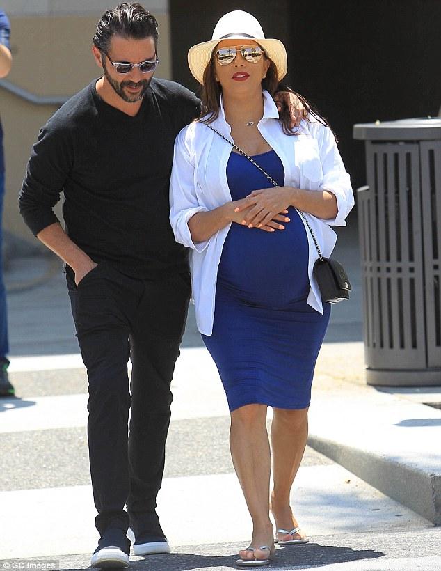 Először mutatta meg két hete született kisfiát Eva Longoria! Egy magazin címlapjáról integet a kis Santiago
