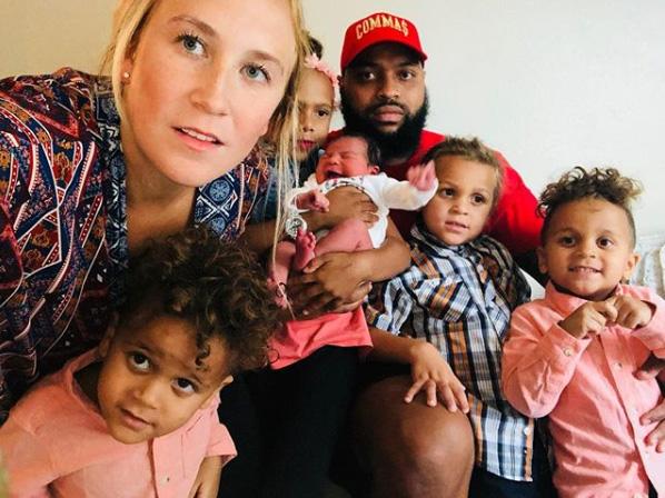 Szülés videó: autóban szült meg a kismama, miközben a kórházba siettek! A gyerekei a hátsó ülésről mindent láttak