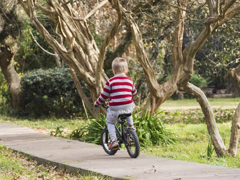 Magányosan biciklizett az út mentén a 4 éves kisfiú