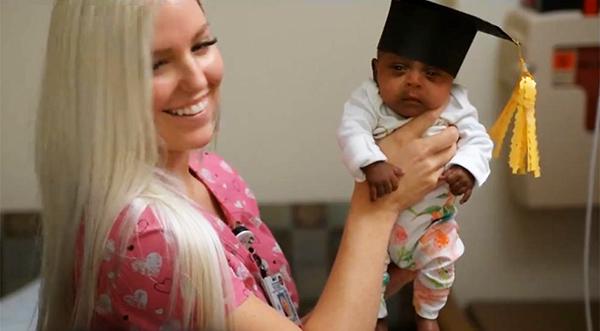 Hazaengedték a kórházból a világ legkisebb újszülött babáját! - 245 grammal született, nem hitték, hogy életben marad