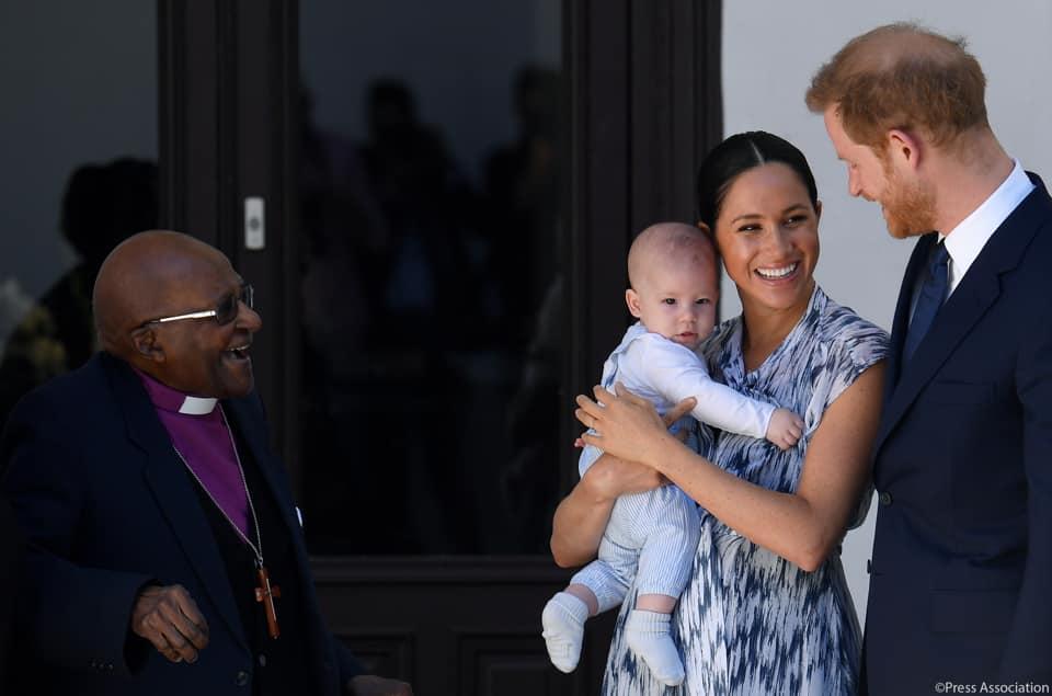 Friss fotókon Harry herceg és Meghan hercegné pár hónapos kisfia! Nézd, milyen cuki a kis Archie