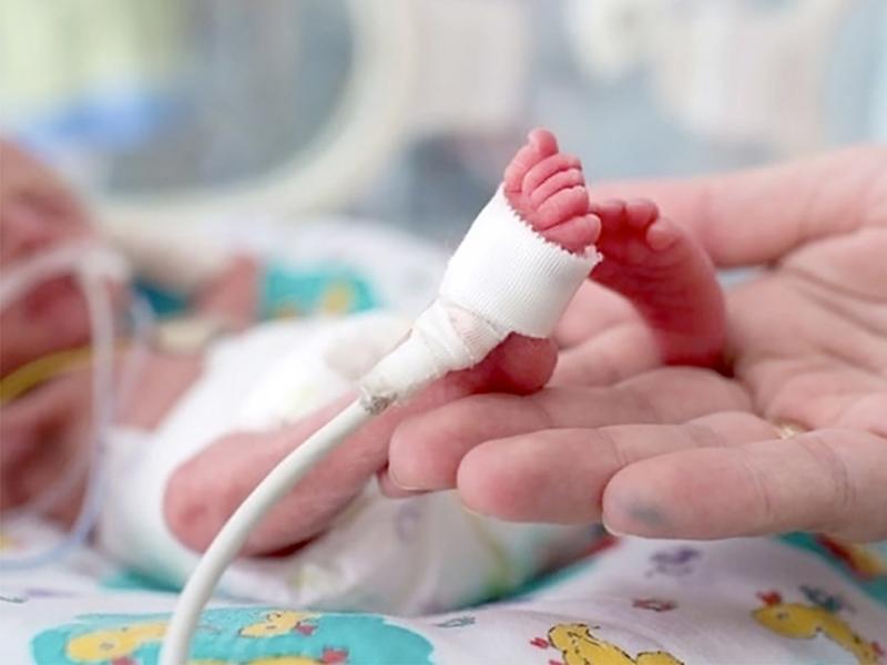 Csodát tettek az orvosok! Életben maradt a 23. hétre, 500 grammal született kisbaba - Csak akkora volt, mint egy golyóstoll