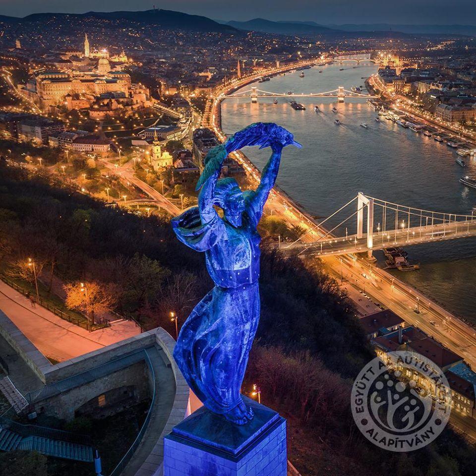 Autizmus világnapja április 2.: Viselj kéket és csodáld meg a kékkel kivilágított épületeket élőben vagy online!