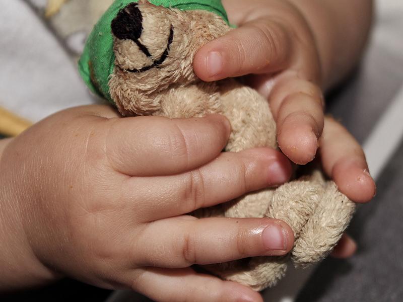 Idegesítette a másfél éves kisfiú sírása, ezért úgy megverte, hogy eltörtek a csontjai - A nevelőapa hónapokig bántalmazta a gyereket