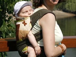 Babahordozó kalauz - Hordozóeszközök fajtái fotókkal és a hordozás hatása a babára