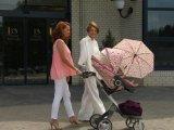 Dobó Kata így sétáltatja kislányát, Szofit