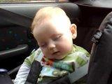 VIDEÓ - Tündéri, ahogy a kisbaba próbál ébren maradni