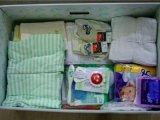 Ajándékdoboz a kismamáknak: ruhák, pelenkák, fürdetők a dobozban