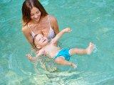 5 hasznos vízi gyakorlat babáknak - Így fejlesszük  a babákat a vízparti nyaralás alatt vagy otthon a kerti medencében
