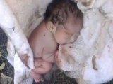 Újszülött babát talált egy férfi az út szélén rongyokba csomagolva - videó