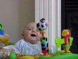 Láttál már ennyire nevetni egy kisbabát? Nem hiszed el, mi volt az oka - Videó!