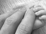 Ezért ne aludj egy ágyban a kisbabáddal, ha kimerült vagy! Meghalt egy 2 napos csecsemő