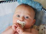 Mikor mit lát a baba? Mikor ismeri fel az anya vagy az apa arcát? Mikor képes megkülönböztetni a színeket? Baj-e, ha keresztbe áll a szeme?