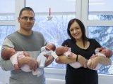 Végre hazamehettek a kórházból a debreceni négyesikrek - Tündéri fotókon a három kislány és a kisfiú
