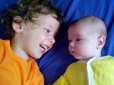 Mit tehetsz, ha a nagyobb gyermeked féltékeny a kisebbre? Szakértőnk 5 tanácsa a probléma hatékony kezelésére