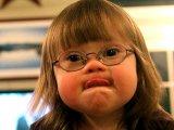 Így reagált a 14 éves lány, amikor odament hozzá egy Down-szindrómás kisgyerek - Igaz történet egy budapesti kávézóból