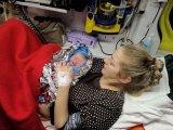 Nem jutott el a kórházig, a mentőautóban született meg a kisbaba! - Tündéri fotó is készült a kislányról az anyukája karjában
