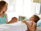 Kibővül az Anyák háza program: ezekben a kórházakban maradhat a szülő végig a beteg gyermeke mellett!