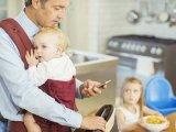 Te is ezt csinálod, ha este csörög otthon a telefonod? - Így rontja el sok apuka a gyermekével való kapcsolatát