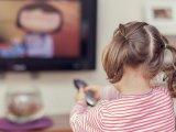 Minden harmadik szülő megengedi ezt a kisgyermekének, pedig nagyon veszélyes! Miért ne hagyd felügyelet nélkül tévézni a gyereket?