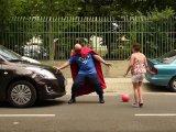 Így mentette meg a kocsi elé futó kislány életét Vakáció Kapitány! - Nézd meg akció közben a rendőrség szuperemberét