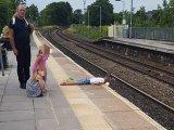 A sínek fölé feküdt a kisfiú a vasútállomáson, az apukája meg csak nézte! - Szerinte nem volt veszélyben a fia