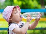 Folyadékpótlás kánikulában: Nem elég csak vizet vagy ásványvizet adni a gyereknek, figyelmeztet a gyermekgyógyász