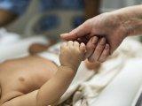 Meghalt a 6 hónapos kislány, mert az orvosok csak küldözgették a szülőket ide-oda a lázas gyerekkel