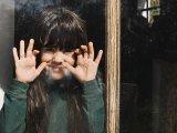 Hány éves korában lehet először egyedül hagyni otthon a gyereket? Mire figyelj oda? - Ezt mondja a szakember