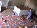 Ráborult egy komód a kétéves kisfiúra - A biztonsági kamera rögzítette, mi történt ezután