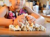 Só-liszt gyurma főzés nélkül: Mutatjuk a tuti receptet + elmondjuk, hogyan színezheted meg a gyurmát!